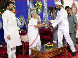 Governor, Gujarat Congress leaders enjoy Iftar party at Raj Bhavan(Photos)