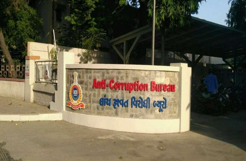 ACB in South Gujarat nabs Circle officer cum Dy Mamlatdar taking bribe red handed